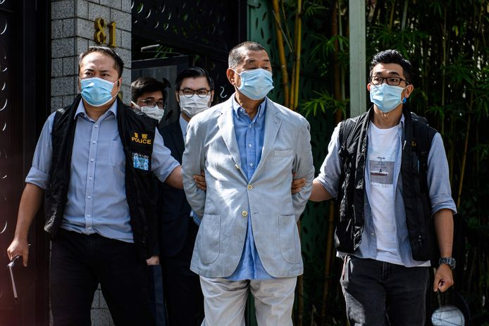 Jimmy Lai, de oprichter van de krant Apple Daily en prominent lid van de democratiseringsbeweging, werd gearresteerd op verdenking van samenspanning met buitenlandse machten en fraude.