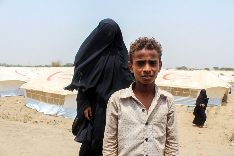 A woman and a child from Yemen in the refugee camp in Khawkah. Beeld Saleh al Obeidi/AFP