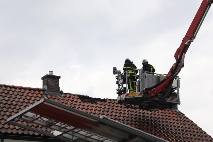 Woningbrand na blikseminslag in Wijk en Aalburg