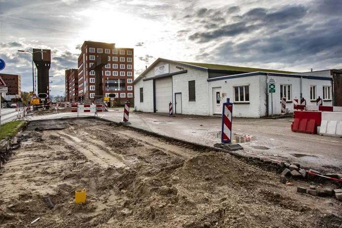 Van Veen Plaatwerk zit al sinds 1982 aan de Hanzeweg, maar moet wijken voor de verbreding van het Hanzetracé. De gemeente en de ondernemer zijn het niet eens over het uitkoopbedrag. foto Ronald Hissink