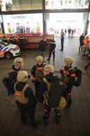 De brandweer verzamelt voor het gebouw