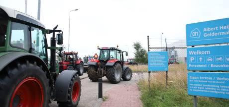 Boeren blokkeren distributiecentrum AH in Geldermalsen en willen in Arnhem aangifte doen