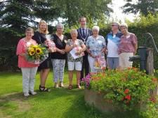Langdurige inzet vrijwilligers tijdens 65e verjaardagsfeestje De Zonnebloem Sluitersveld in Almelo geroemd