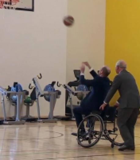Le prince William marque un panier en fauteuil roulant... avec l'aide de son père