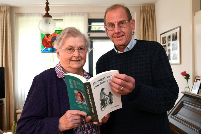 In verzorgingshuis Vestakkers, aamleunwoning,  in Middelbeers Jan Smulders, die een boek over zijn moeder schreef en samen met haar op de foto gaat.