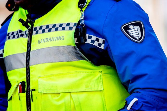 Handhavers hebben de taak de regels die voortvloeien uit de noodverordening van de Veiligheidsregio Rotterdam-Rijnmond te controleren.