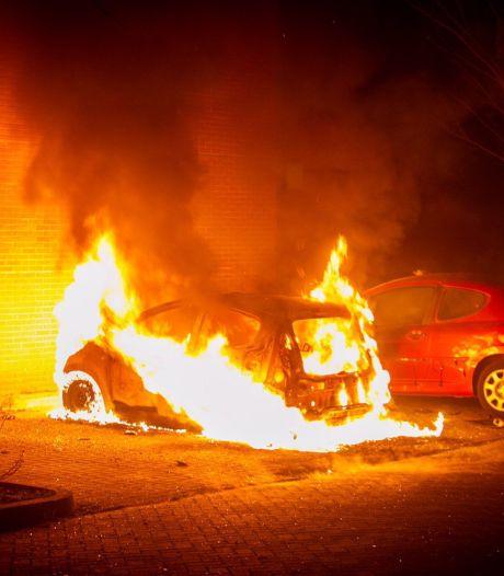 Jongeren blijven politie en brandweer bestoken met zwaar vuurwerk in Ede; dit keer bij een autobrand