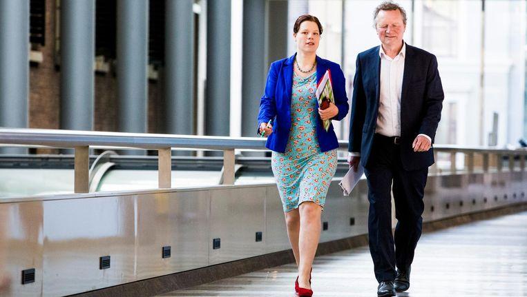 Linda Voortman en Bram van Ojik op weg naar het overleg met toenmalig Tweede Kamervoorzitter Anouchka van Miltenburg. Beeld Freek van den Bergh/de Volkskrant