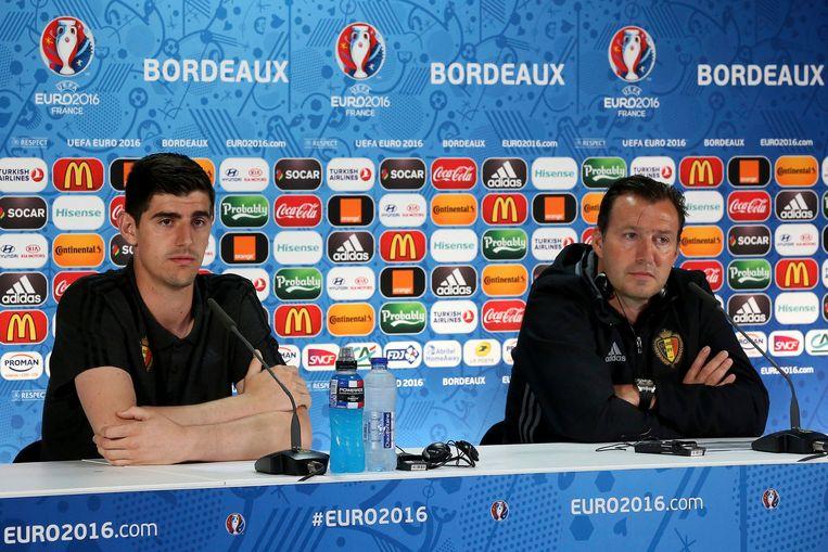 Thibaut Courtois en Marc Wilmots tijdens een persconferentie in Bordeaux in Frankrijk in juni 2016.