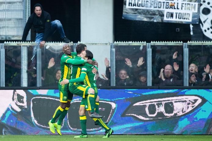 Erik Falkenburg bespringt na een van zijn goals tegen AZ ploeggenoot Abdenasser El Khayati. Ook Sheraldo Becker (links) viert mee.