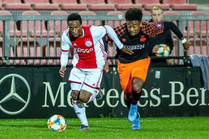 Chris Gloster (rechts) tijdens het duel met Jong Ajax.