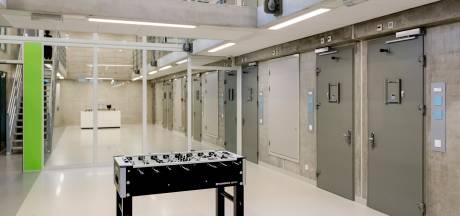 Cipier zwaargewond na aanval in gevangenis Zaanstad