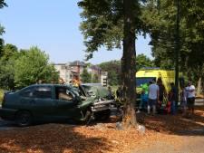 Man rijdt met auto tegen boom bij Sint-Oedenrode, weg afgesloten