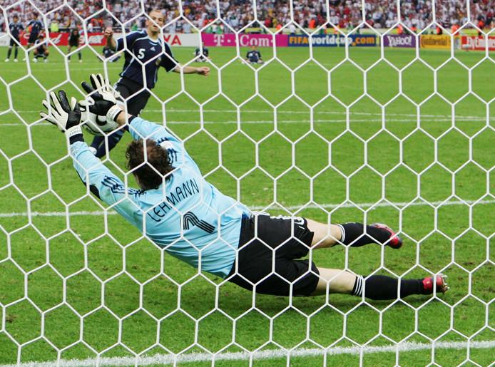 Jens Lehmann stopt de penalty van Esteban Cambiasso tijdens het WK 2006.