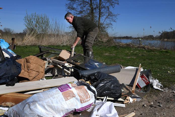 Illegale dumping van afval bij natuurgebied de Vilt in Beugen in 2017.