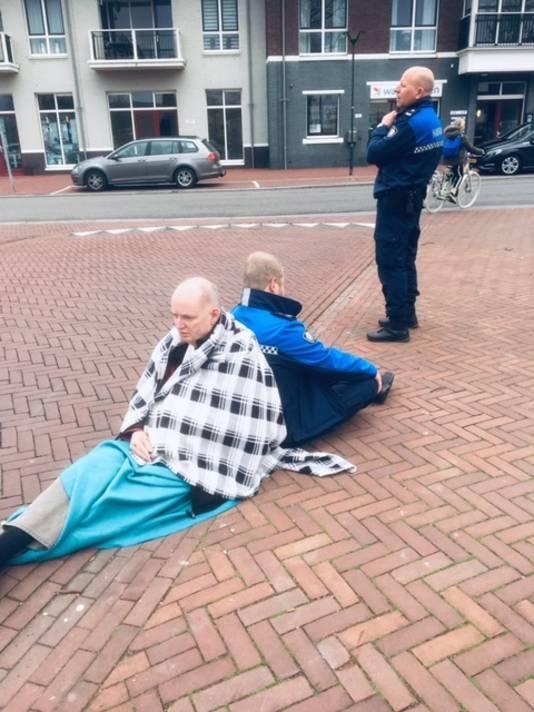 Rob Boom wacht nadat hij is gevallen samen met twee boa's op hulp.