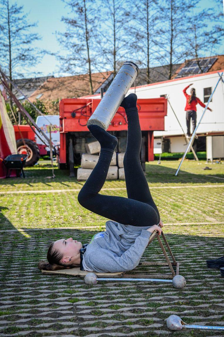 De circusartiesten blijven oefenen.