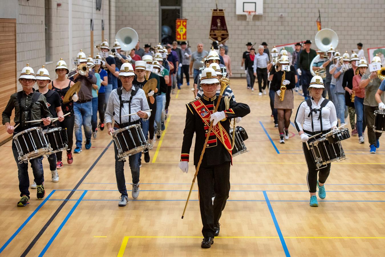 Het Gendtse schuttersgilde St. Sebastianus oefende in een sportzaal in Zetten om in Londen zo goed mogelijk voor de dag te komen.