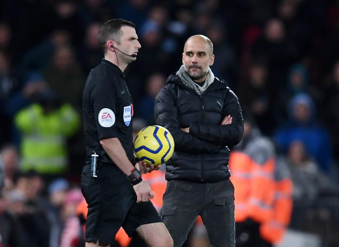 Pep Guardiola kijkt scheidsrechter Michael Oliver doordringend aan bij de start van de tweede helft.