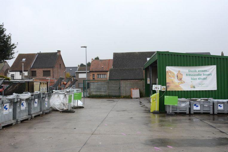 Het deel met de gratis afvalfracties van het containerpark van Rupelmonde grenst aan de tuinen van de woningen in de Geeraard de Cremerstraat met overlast als gevolg.