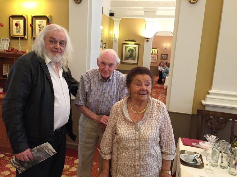 """Jean Pierre met zijn ouders. """"Ik bezoek hen nu drie tot vier keer per maand."""""""