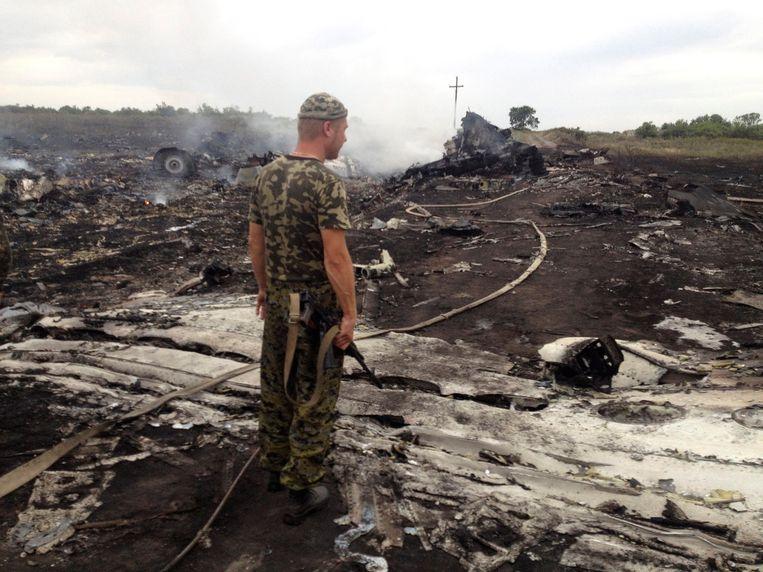 Een pro-Russische separatist bij het neergestorte toestel MH17. Beeld REUTERS