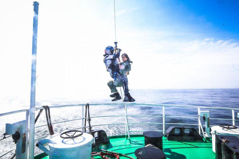Ulla Werbrouck wordt de lucht in gehesen naar de reddingshelikopter.