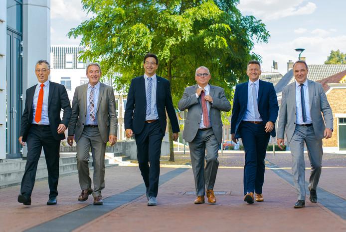 Het college van B en W met vanaf links: gemeentesecretaris Arie van Eck, wethouder Jan Aanstoot (Gemeentebelang), wethouder Bert Tijhof (ChristenUnie),  burgemeester Arco Hofland, wethouder Roland Cornelissen (CDA) en wethouder Ben Beens (SGP).