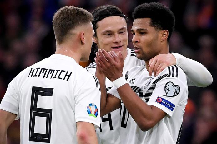 Serge Gnabry (r) viert zijn goal tegen het Nederlands elftal met Bayern-ploeggenoot Joshua Kimmich. Midden: de later matchwinner Nico Schülz (Hoffenheim).