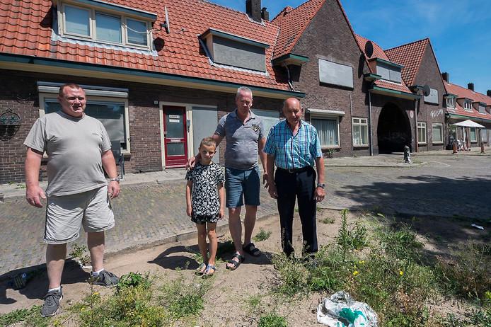 Rijnwijkers op de plek van hun onlangs gesloopte buurthuis. V.l.n.r. Gradus Stoks, John van Verseveld met kleinzoon Bradley en Hennie Hol.
