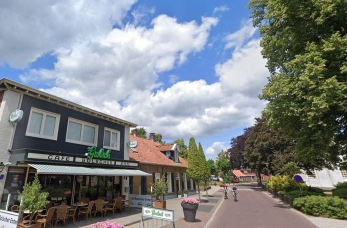 Het Enterse café Bolscher waarachter zonder toestemming van de gemeente Wierden een bed and breakfast appartement is gerealiseerd. Dat moet weer verdwijnen