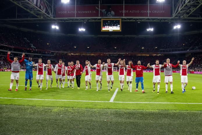 Ajax viert feest na de zege op FC Groningen.