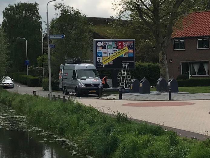 CDA-raadslid Jan Arie Koorevaar maakte op zondag 28 april deze foto waarop te zien is dat verkiezingsborden worden weggehaald.
