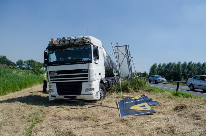 De vrachtwagen reed de berm langs de A12 in en raakte een verkeersbord
