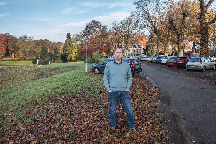 Geert-Willem Koolhof ergert zich eraan dat er niet volgens de regels wordt geparkeerd. Dat wil zeggen: er staan veel meer auto's dan volgens hem toegestaan.