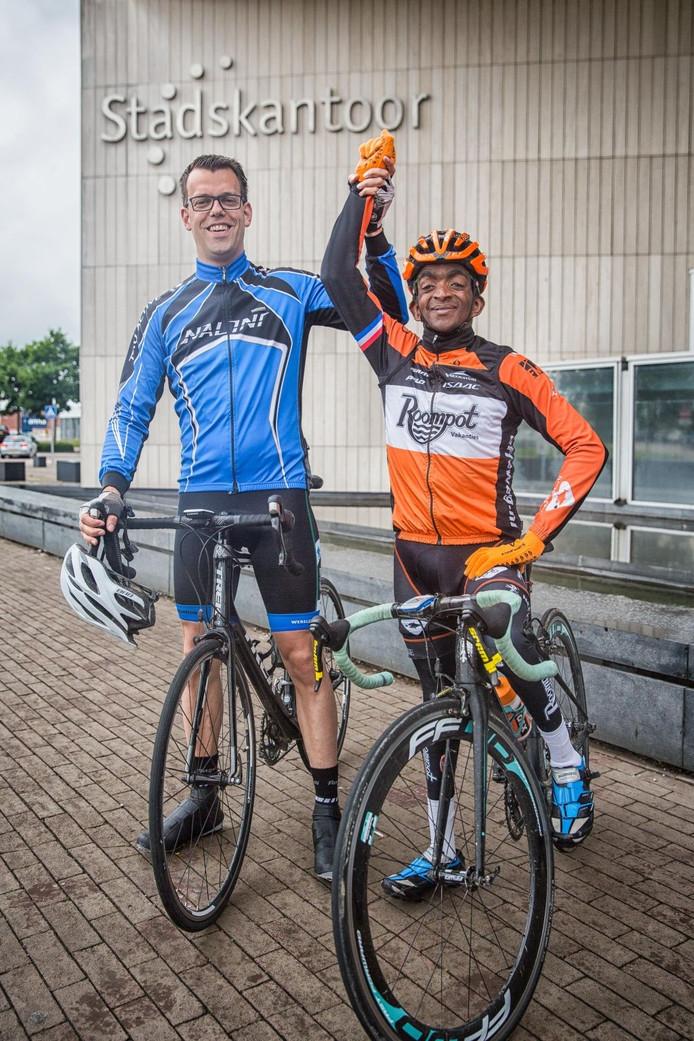 Joannathan Duinkerke en wethouder Derk Alssema maakten samen een tochtje van dik dertig kilometer op de racefiets; gemiddelde snelheid 26,7 kilometer per uur.