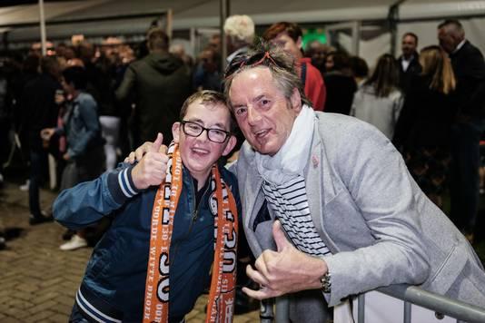 De trouwe Longa'30-fan Pim Sanders kan zijn geluk niet op en wordt gefeliciteerd door RKZVC-supporter Jos Knippenborg met de 2-0 overwinning.