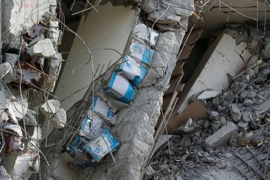 Een frappant beeld na de aardbeving in Taiwan eerder dit jaar. In de muren zitten olievaten verwerkt om de kosten te drukken.