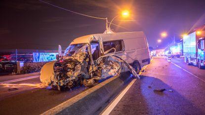 Bestelwagen ramt gevel en gascabine: Bergensesteenweg urenlang afgesloten