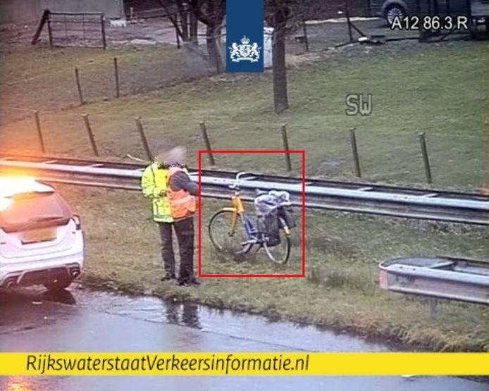 Een medewerker van Rijkswaterstaat heeft een fietser van de A12 geplukt.