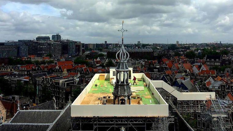 Het tijdelijke platform op het dak van de Oude Kerk is een werk van de Japanse kunstenaar Taturo Atzu Beeld  beeld van de kunstenaar