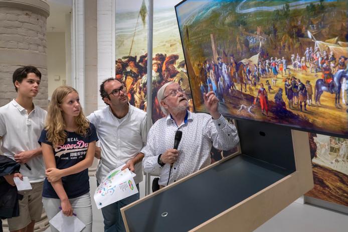 Ter inspiratie voor toekomstige activiteiten bezocht de organisatie van Vught Ontmoet Nieuw Talent deze week diverse hoogtepunten van Vught, waaronder DePetrus. Henk Smeets (rechts) geeft uitleg over de slag van 1629.