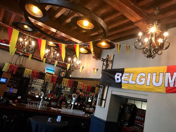 Café De Pomp is bij grote toernooien oranje versierd, maar bij dit WK getooid in de Belgische kleuren. ,,Als onze Belgen scoren, juichen wij ook.''