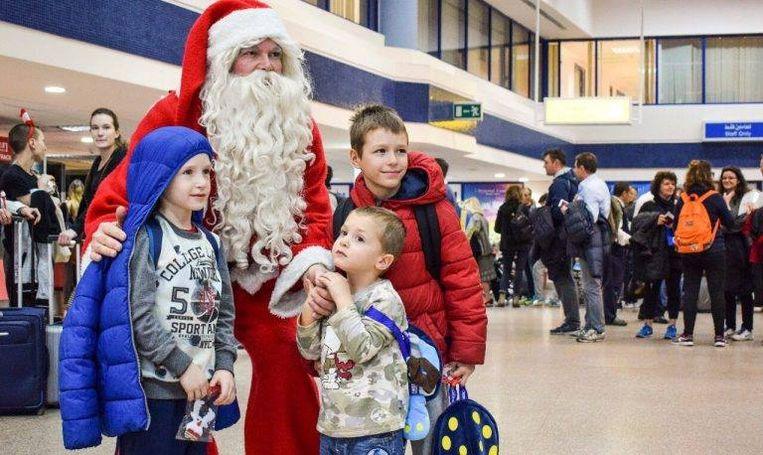 Koen Hallaert als kerstman op de luchthaven