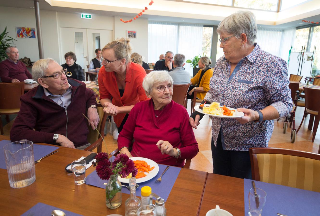 Gezellig met elkaar eten in 'Grotenhuys', door de extra inzet van vrijwilligers kan de ontmoetingsruimte in gebruik blijven voor ouderen.