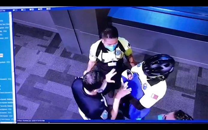 Luchtvaartpersoneel ontfermde zich op 2 oktober over een baby, zo is te zien op beelden van een beveiligingscamera.