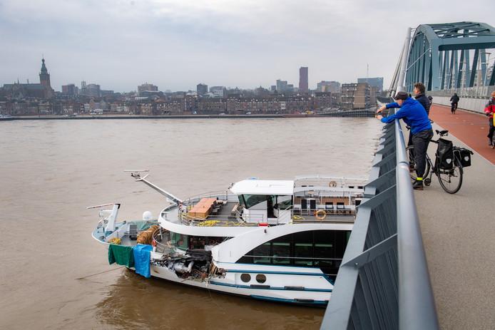 Nijmegen/Nederland: Aanvaring tussen een passagiersschip en een goederenschip onder de spoorbrug. De 160 opvarenden van het Zwitserse passagiersschip zijn veilig aan wal gezet.Dgfotofoto: Bert Beelen
