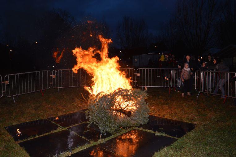 De deelnemers aan de fakkeltocht mochten hun fakkel op de kerstbomen te gooien.