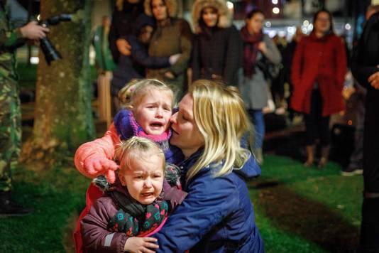 Dikke tranen bij de zusjes Lynn (5) en Marell (2), die samen met moeder Jiska papa Johan uitzwaaien.
