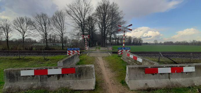 De na het dodelijke ongeval met betonblokken afgesloten spoorwegovergang in de Tuunterweg.